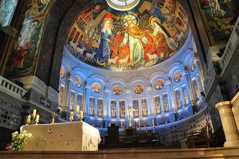 photo-2-shrine-of-st-therese-of-the-child-jesus-choeur-illumin-basilique