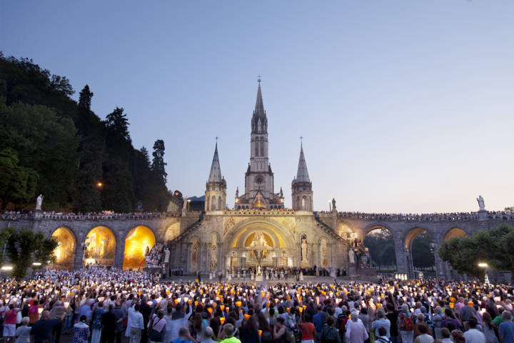 photo-2-torchlight-procession-esplanade-procession-aux-flambeaux-p-vincent-13-www-lourdes-photo-fileminimizer