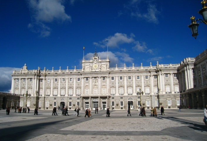 photo-2-exterior_of_the_royal_palace_of_madrid_general_view_from_courtyard-fileminimizer